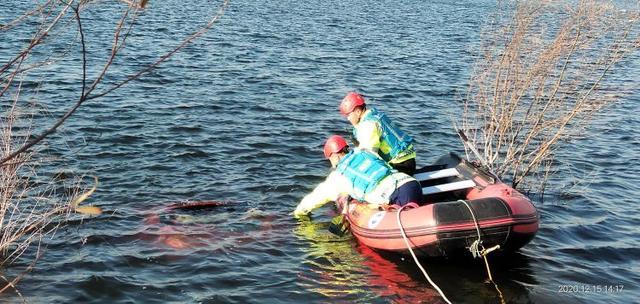 膠州一女子駕車沖進大沽河 救援隊及時將其救上岸