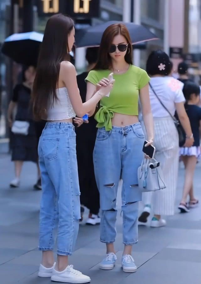 """双胞胎姐妹花穿同款牛仔裤,她却因""""小心机""""换了件衣服,赢了!插图(1)"""