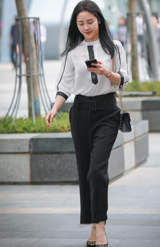 街拍美女:美麗的小姐姐,白衣搭配黑褲,顯得落落大方又優雅
