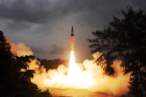 半夜傳來一聲巨響!核導彈突然發射升空,附近村民全部逃入地下