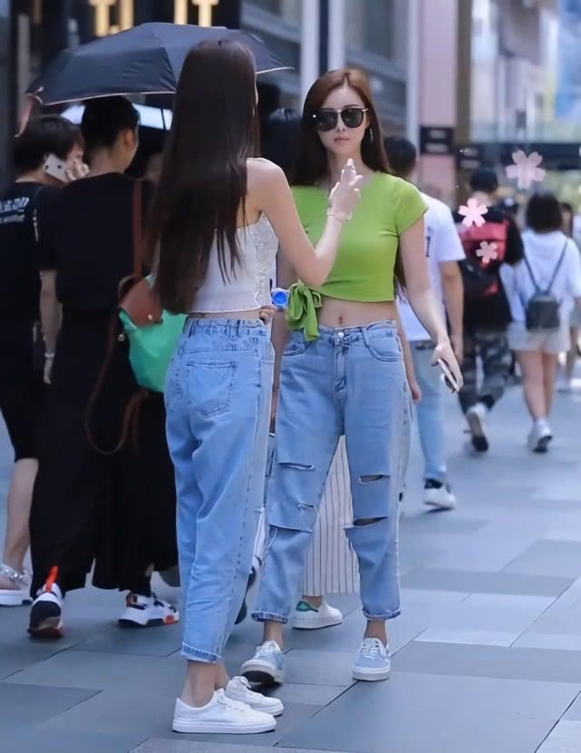 """双胞胎姐妹花穿同款牛仔裤,她却因""""小心机""""换了件衣服,赢了!插图"""