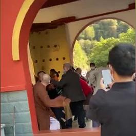 僧人用佛珠当兵器与人互殴