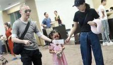 聂远一家三口?#20599;?#29616;身机场 爸爸用行李箱驮女儿超温馨