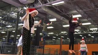 坏妈妈的圣诞节:姐妹三人大玩蹦床超开心 艾米妈妈独自不合群