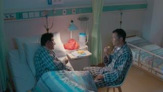 《守护神之保险调查》苗侨伟深夜和男人在病房吃橙子 这画风真美
