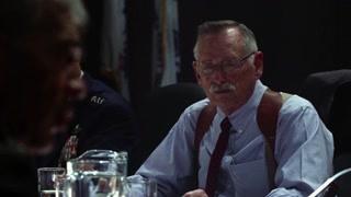 迈克独自一人潜入了白宫 问出了攻占白宫的恐怖分子的身份和背景
