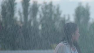 女子雨中剪花 被抱住激吻