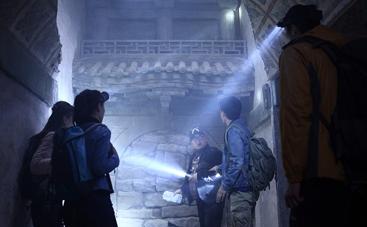 《墓穴迷城》曝先行版预告片 地下奇观暗藏玄机