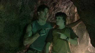汉娜划着恐龙下颚做成的船 崔佛和肖恩劫后余生不忘搞笑
