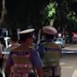 男子携炸药与警方对峙