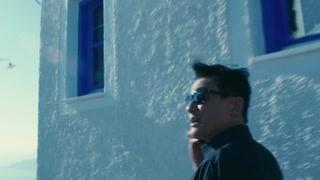 梁家辉在希腊与神秘女子相会  这地方也太美了