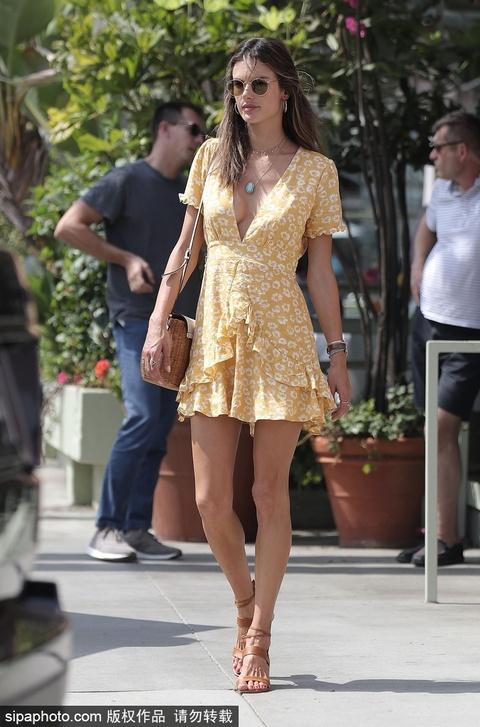 安布罗休穿黄色印花裙出街