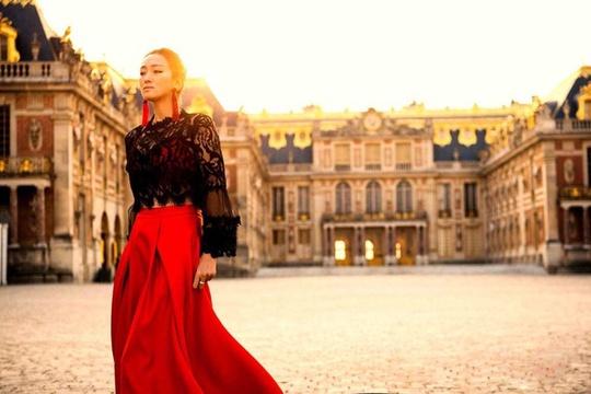 组图:巩俐午后漫步凡尔赛宫 一袭红色长裙颜值依旧能打