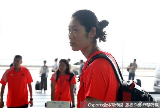 中国女排现身机场出征亚运