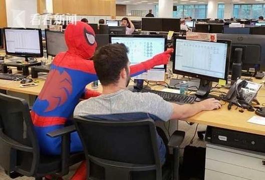 银行职员辞职 最后1天穿成蜘蛛侠上班