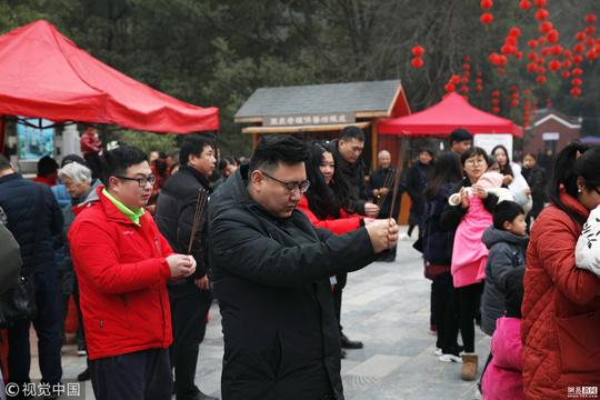"""湖北一寺庙游客烧香求财 1捆""""柴""""8元"""