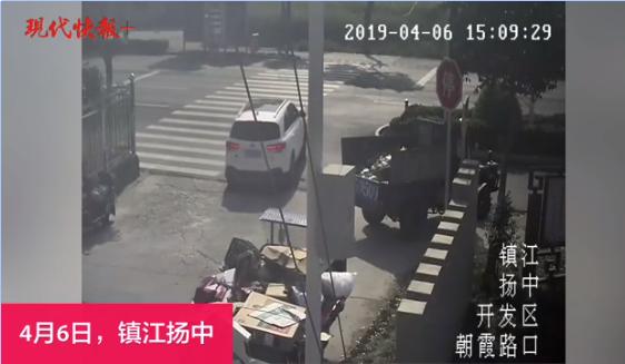 轿车转弯躲过一辆大货车 却没躲过第二辆