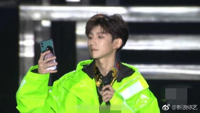 组图:乡村爱情迷?王源手机壳竟是刘能头像!