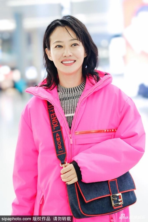 組圖:譚卓穿粉衣現身機場很搶眼 對鏡甜笑超親和