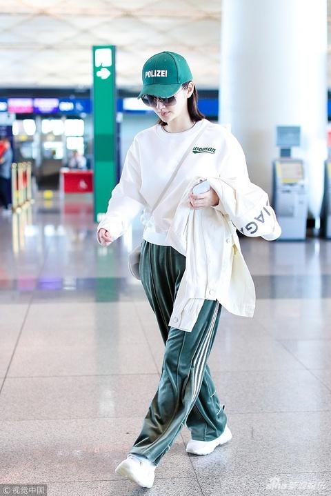 組圖:景甜運動裝配綠帽舒適時髦兼備 走路帶風氣場十足