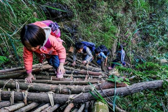 """贫困村落""""无路可走"""" 出行要攀悬崖爬藤梯"""
