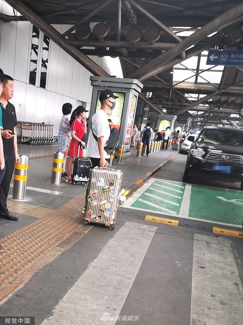 组图:曹云金离婚后首现身打扮低调 行李箱卡通贴纸显奶爸特质
