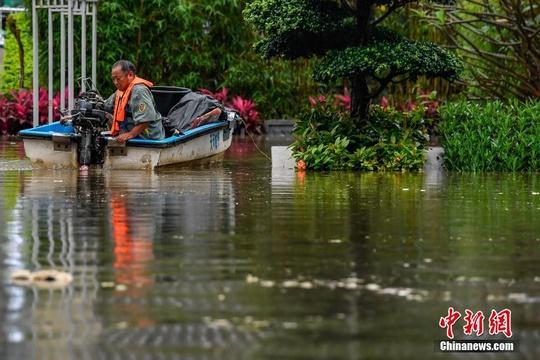 广州遭暴雨袭击 珠江水倒灌淹没步道