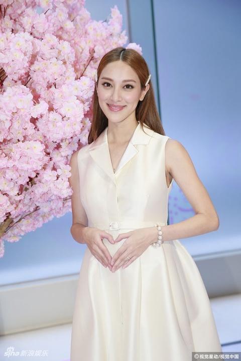 组图:陈凯琳白色长裙出席活动 孕肚隆起不敢度肚围