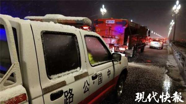 致敬再战风雪的南京交通人