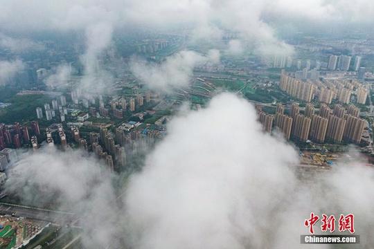 南京进入梅雨期 航拍城市雨雾缭绕