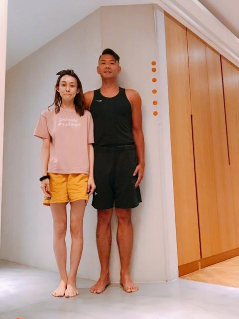 组图:陈建州晒老婆范玮琪美照 两人光脚并肩靠墙站俨然黑白配