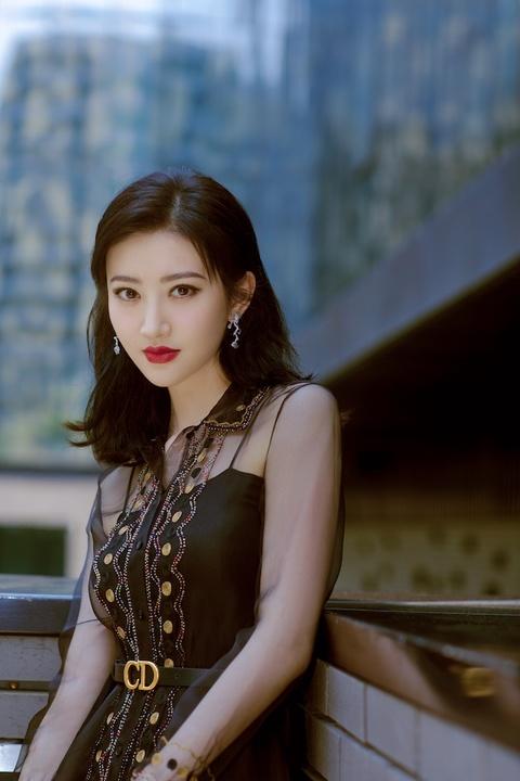 组图:景甜穿黑纱长裙现身活动秀美腿 红唇?#20934;?#33853;落大方