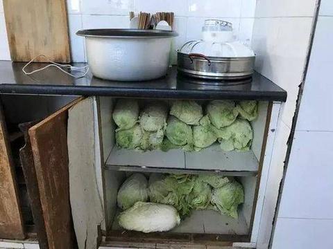 76名男女挤在房里每天就吃土豆白菜!说起原因目瞪口呆