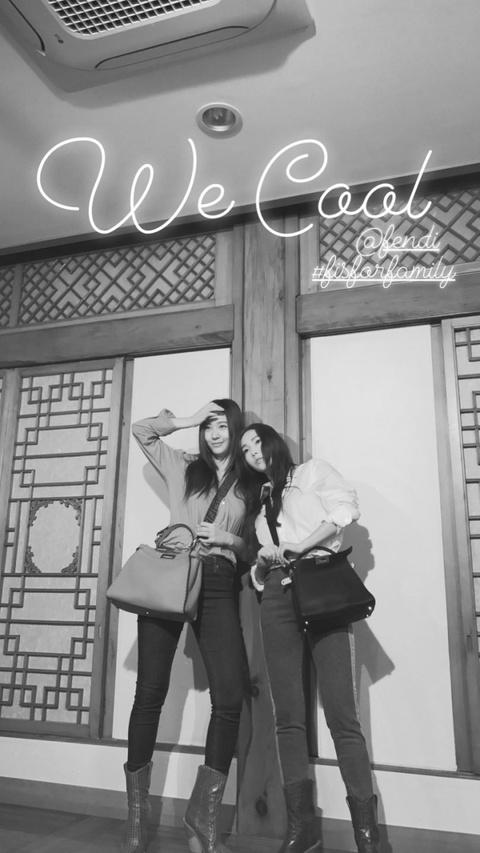 组图:郑秀妍郑秀晶同框拍海报 姐妹俩亲密无间相互依偎