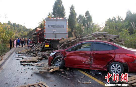 四川遂寧五車連環相撞致多人受傷