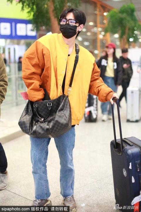 """組圖:汪蘇瀧穿""""小黃衣""""現身機場 戴口罩獨自推行李很低調"""