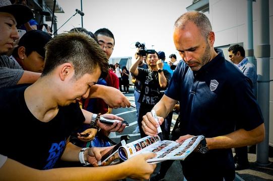 伊涅斯塔抵达日本 耐心为球迷签名