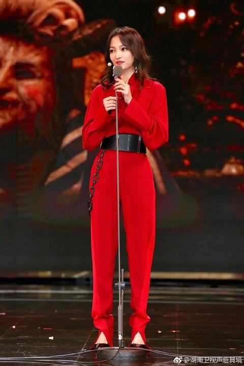 組圖:《聲臨其境》張韶涵跨界助聲 紅衣艷麗表情專注
