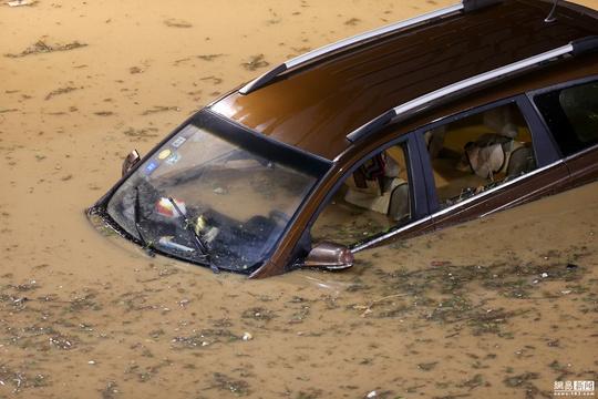 暴雨過后鄭州貨車被淹 市民蹚齊腰深水前行