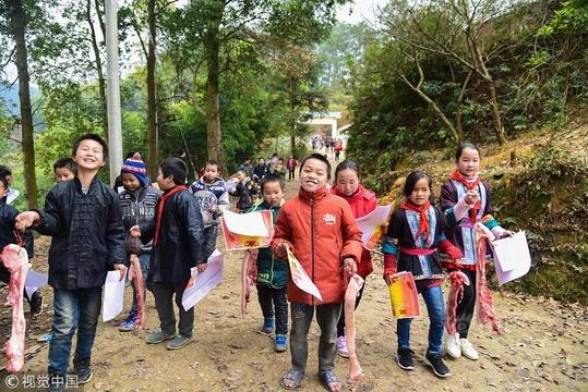 广西柳州:侗乡小学期末发猪肉作为奖励 山里娃乐开花