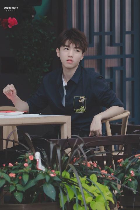 组图:这位大厨有点帅!王俊凯穿围裙坐在法国街头