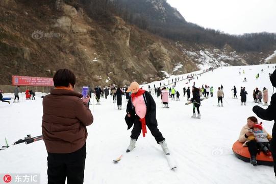 """游客扮""""八戒""""激情滑雪"""