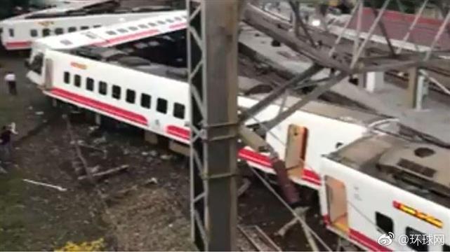 台湾火车出轨致百余人死伤 车厢连成发夹弯