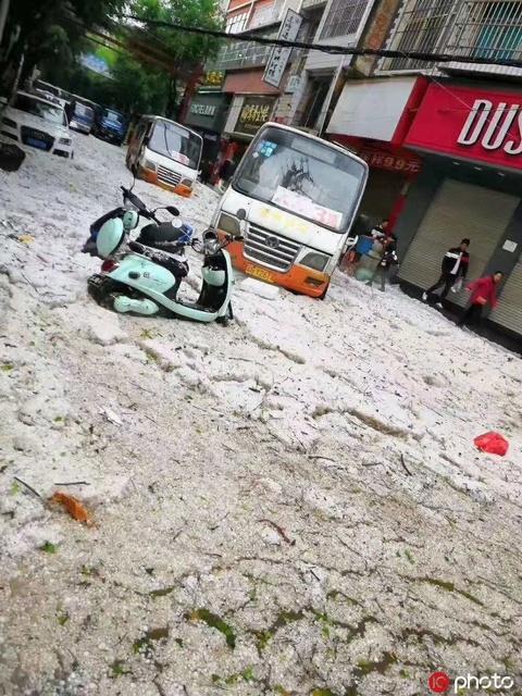 云南金平縣遭受冰雹襲擊 蔬菜被砸懨、道路堆積厚度達30厘米