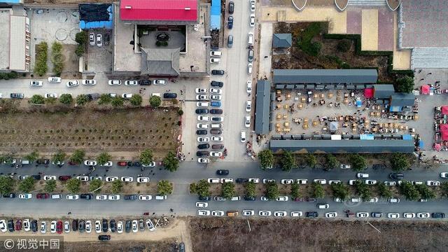 春节游人蜂拥景区游玩 上千辆私家车塞满停车场