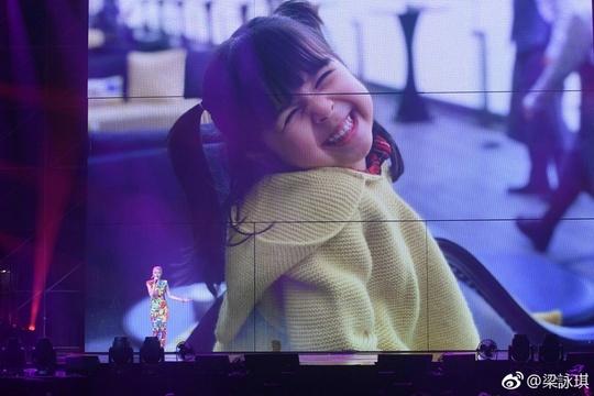 组图:梁咏琪演唱会老公飞吻示爱 三岁女儿甜笑比妈妈还漂亮