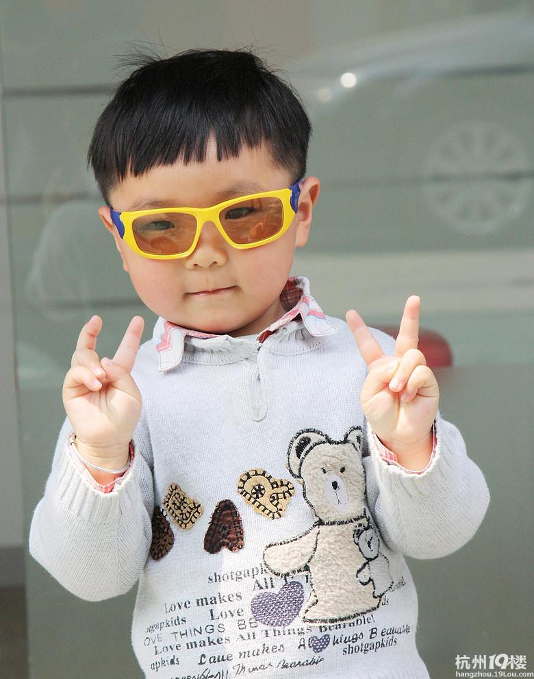表情 小攝影師 小丁丁 自己做一回模特 新剪的西瓜太郎發型哦 寶寶秀 媽咪  表情