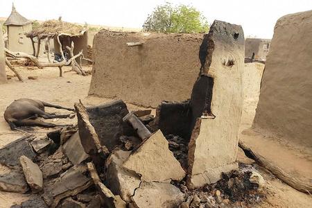 马里中部一村庄遇袭被焚毁 造成至少95人死亡