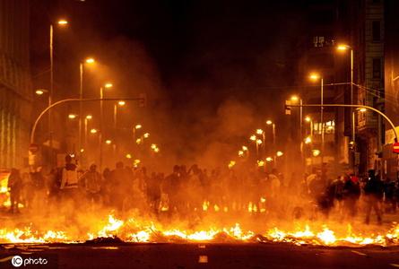 """巴塞罗那抗议活动愈演愈烈 公路变""""火海"""""""