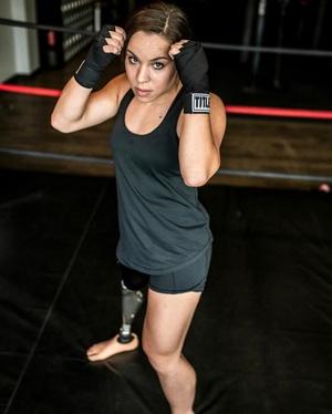 美国姑娘因先天残疾丧失自信 练拳击找回自己